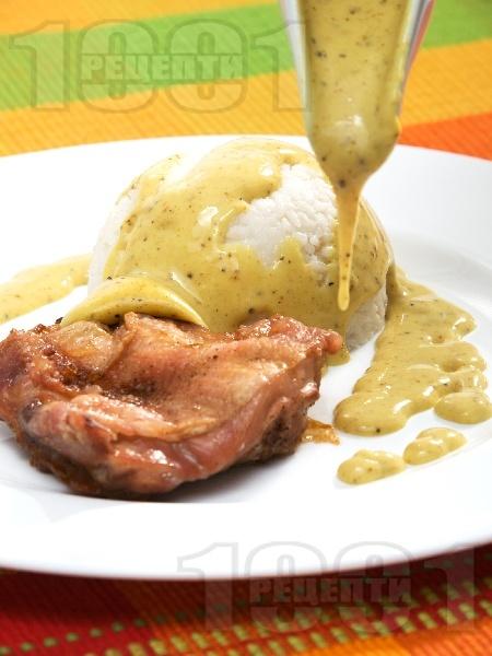 Печени пилешки бутчета с бял ориз и ароматен къри сос печени на фурна - снимка на рецептата